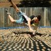 1000 egércsapdával teli trambulinra ugrik a srác. Lassított felvételen nézhetjük meg