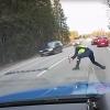 A rendőr pillanatok alatt dobta ki a szöges útzárat, az ámokfutó autós elé