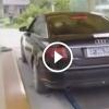 A kínai férfi leparkolja kocsiját, amit ezután látni fogsz az egyszerűen hihetetlen!