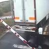 A kamionos tolatni akart a vasúti átjáróban, amikor a sorompó hirtelen lecsukódott