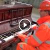 Munkás elkezdett játszani a publikus zongoránál – Iszonyat jó, hallgasd meg