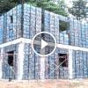 Tengerből kihalászott műanyag flakonokból épít falut ez a férfi