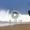 Óriási hullámok csapnak le a strandolókra – Figyeld mi történik ezután